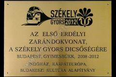 vesett_festett_sargarez_emlek_tabla_logoval